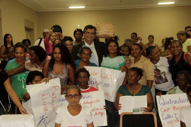 The governor of Maranhão, Flávio Dino, with representatives from the MIQCB